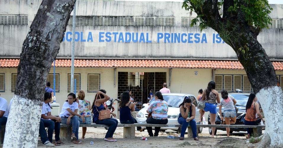 9.nov.2014 - Na Escola Estadual Princesa Isabel, em Maceió, o movimento era tranquilo pouco antes do fechamento dos portões para o segundo dia de prova do Enem (Exame Nacional do Ensino Médio)