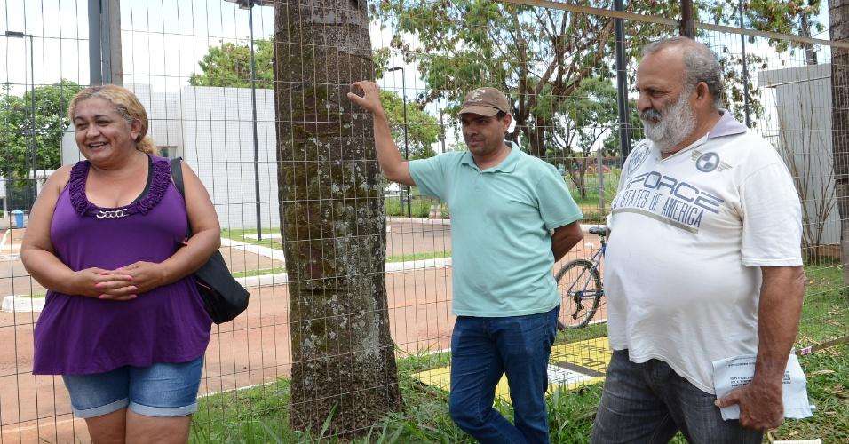 9.nov.2014 - No 2º dia do Enem, familiares esperam os filhos do lado de fora dos portões de uma faculdade até o final das provas do Enem em Brasília