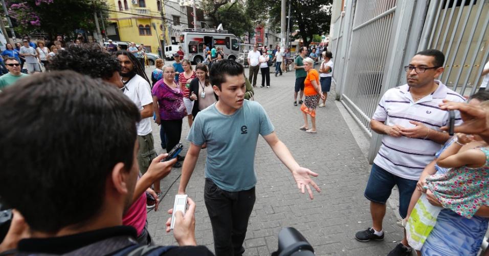 9.nov.2014 - Candidato chegou atrasado ao prédio da Uninove na Barra Funda, na capital paulista, e perdeu o segundo dia de provas do Enem 2014
