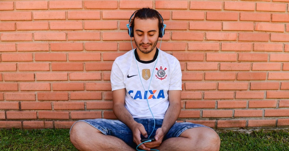 9.nov.2014 - O candidato Luiz Manoel Rodrigues, 24, aguarda o início do segundo dia de provas do Enem 2014 no Centro Politécnico da UFPR, em Curitiba
