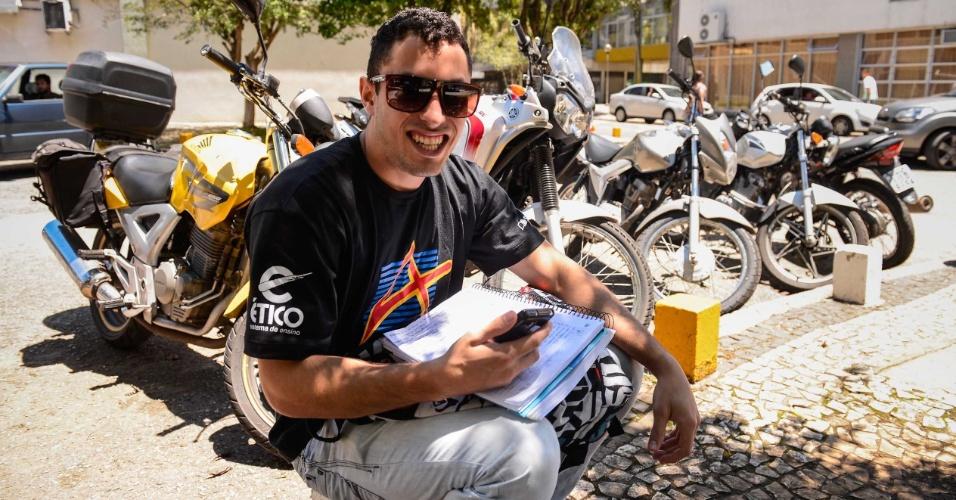9.nov.2014 - O candidato Maicon Souza Luiz, 19, aguarda o início do segundo dia de provas do Enem 2014 no Centro Politécnico da UFPR, em Curitiba