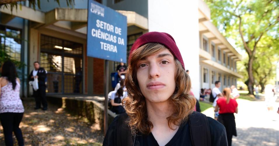 9.nov.2014 - O estudante Luiz Monteiro Rosa, 17, foi o primeiro a chegar ao Centro Politécnico da UFPR, em Curitiba, para o segundo dia de provas do Enem 2014
