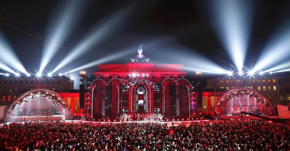 9.nov.2014 - O Portão de Brandemburgo fica iluminado durante o show do músico alemão Udo Lindenberg neste domingo (9), durante as celebrações que marcam os 25 anos da queda do muro de Berlim, na Alemanha