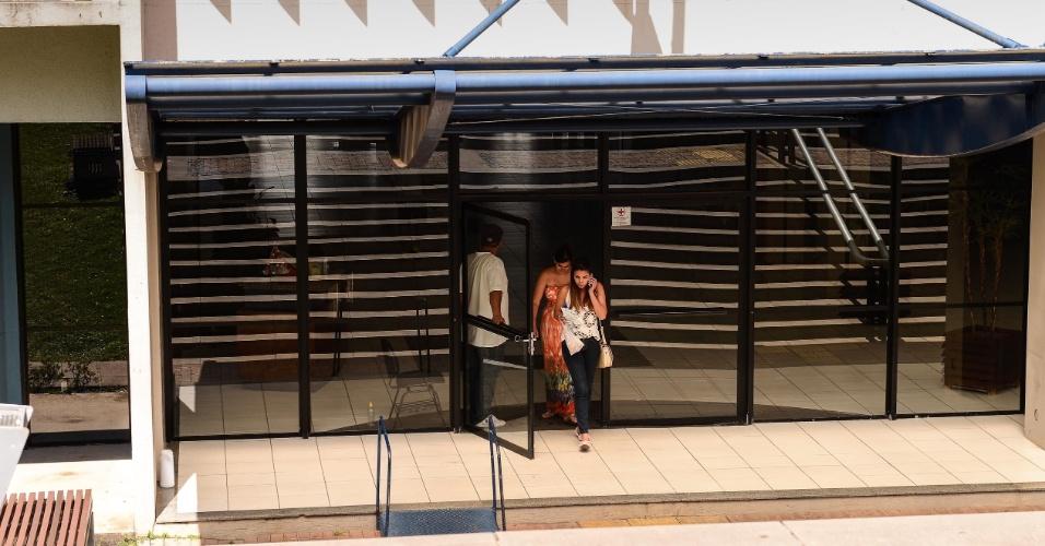 9.nov.2014 - Primeiros candidatos começam a sair do segundo dia de prova do Enem 2014 na Universidade Positivo, em Curitiba