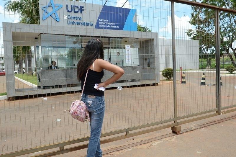 9.nov.2014- A candidata Carol Costa, caixa de supermercado, chega atrasada ao Centro Universitário UDF, em Brasília, e perde o segundo dia de prova do Enem (Exame Nacional do Ensino Médio) 2014