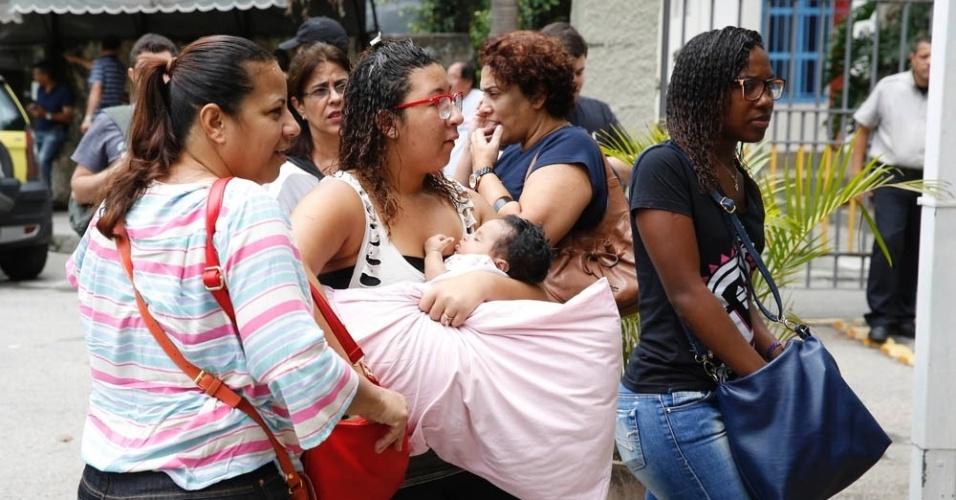 9.nov.2014- Candidata chega com bebê no colo na PUC-RJ, no Rio de Janeiro, para o segundo dia de prova do Enem (Exame Nacional do Ensino Médio) 2014