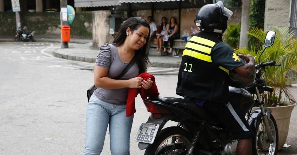 9.nov.2014- Candidata chega de mototáxi ao campus da PUC-RJ, no Rio de Janeiro, para o segundo dia de provas do Enem (Exame Nacional do Ensino Médio) 2014