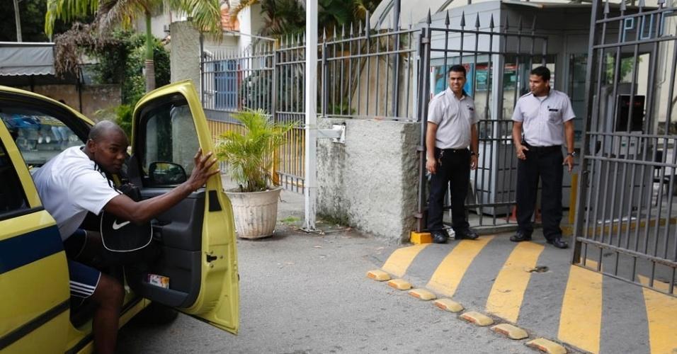 9.nov.2014- Candidata chega de táxi ao campus da PUC-RJ, no Rio de Janeiro, para o segundo dia de provas do Enem (Exame Nacional do Ensino Médio) 2014