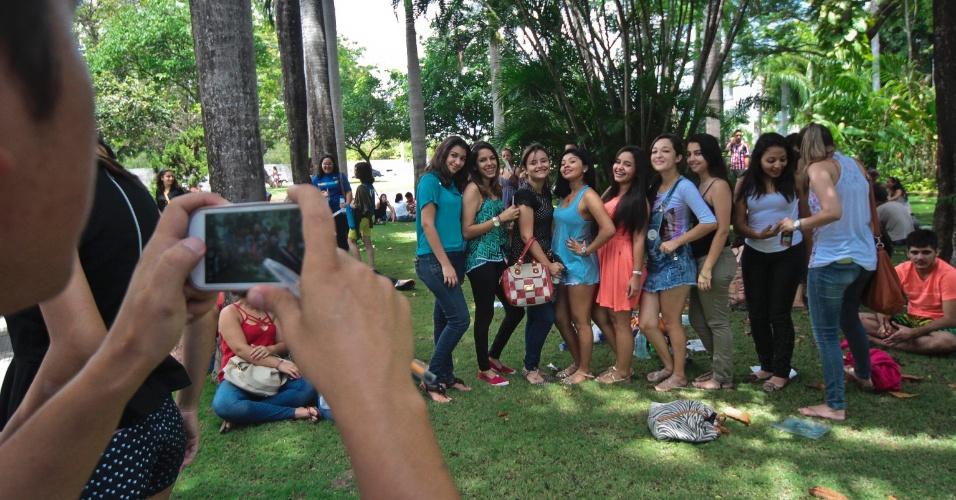9.nov.2014- Candidatas tiram foto no campus da Unifor (Universidade de Fortaleza), no bairro Água Fria, em Fortaleza (CE), no segundo dia de prova do Enem (Exame Nacional do Ensino Médio) 2014