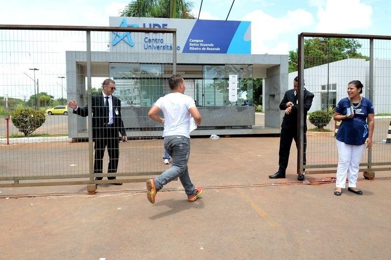 9.nov.2014- Candidato corre para entrar a tempo no Centro Universitário UDF, em Brasília, para o segundo dia de prova do Enem (Exame Nacional do Ensino Médio) 2014