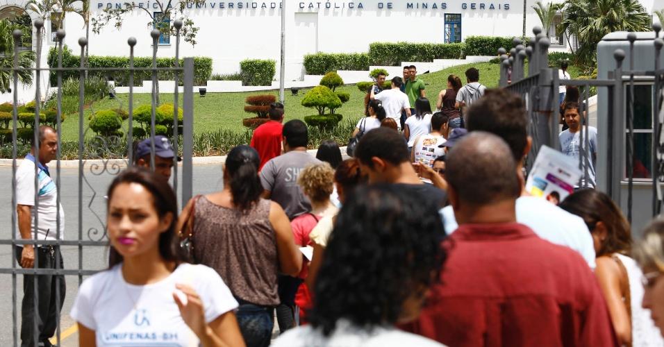 9.nov.2014- Candidatos entram na PUC-MG (Pontifícia Universidade Católica de Minas Gerais) para o segundo dia de prova do Enem (Exame Nacional do Ensino Médio) 2014, em Belo Horizonte. Os portões abriram às 12h e o exame começou às 13h (horário de Brasília)
