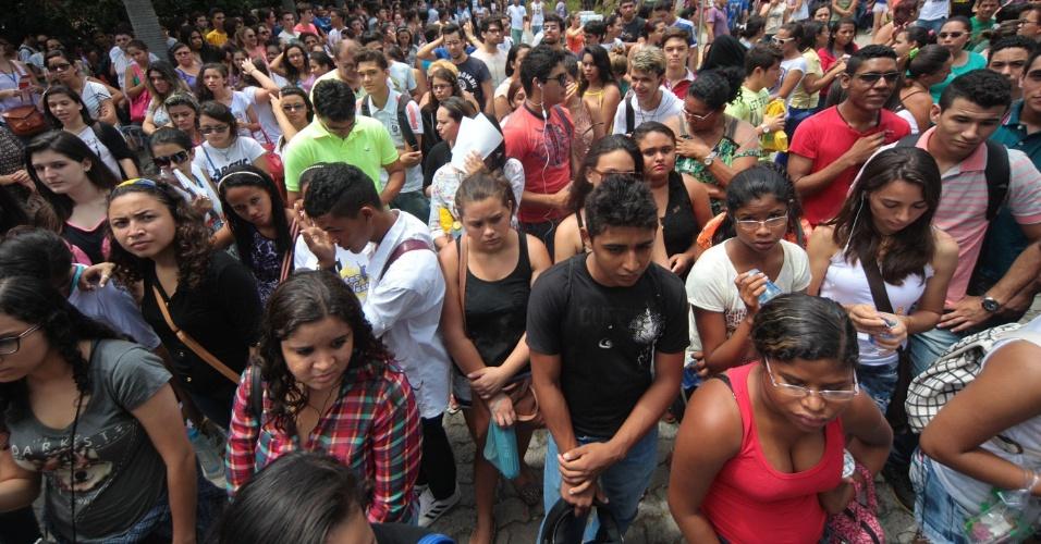 9.nov.2014- Candidatos esperam a abertura dos portões no campus da Unifor (Universidade de Fortaleza), no bairro Água Fria, em Fortaleza (CE), para o segundo dia de prova do Enem (Exame Nacional do Ensino Médio) 2014