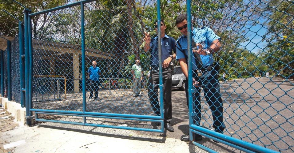 9.nov.2014- Fiscais fecham o portão da Unifor (Universidade de Fortaleza), no bairro Água Fria, em Fortaleza (CE), para o segundo dia de prova do Enem (Exame Nacional do Ensino Médio) 2014