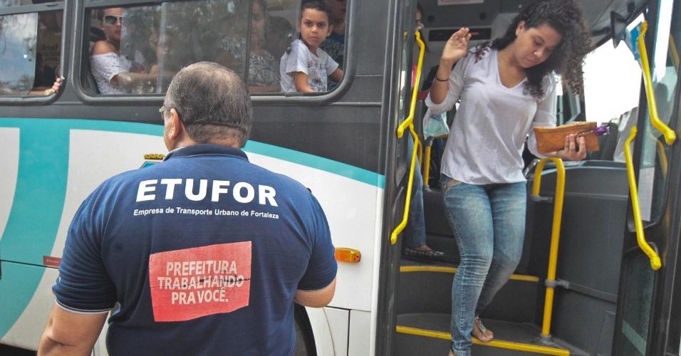 9.nov.2014- Funcionários de empresa de transporte orientam chegada dos candidatos em frente ao campus da Unifor (Universidade de Fortaleza), em Fortaleza (CE), no segundo dia de prova do Enem (Exame Nacional do Ensino Médio) 2014
