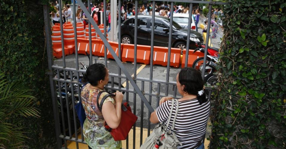 9.nov.2014- Mães de candidatos esperam a saída dos filhos do lado de fora da PUC-RJ, no Rio de Janeiro, no segundo dia de prova do Enem (Exame Nacional do Ensino Médio) 2014