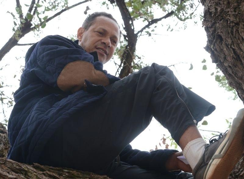 9.nov.2014- No topo de uma árvore, o bombeiro Marco Antonio Leal da Silva buscou uma sombra para se concentrar para realizar as provas do segundo dia do Enem (Exame Nacional do Ensino Médio) 2014, no Centro Universitário UDF, em Brasília