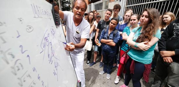'Esqueço de vender meu kit', diz professor que ensina matemática no Enem - Junior Lago/UOL