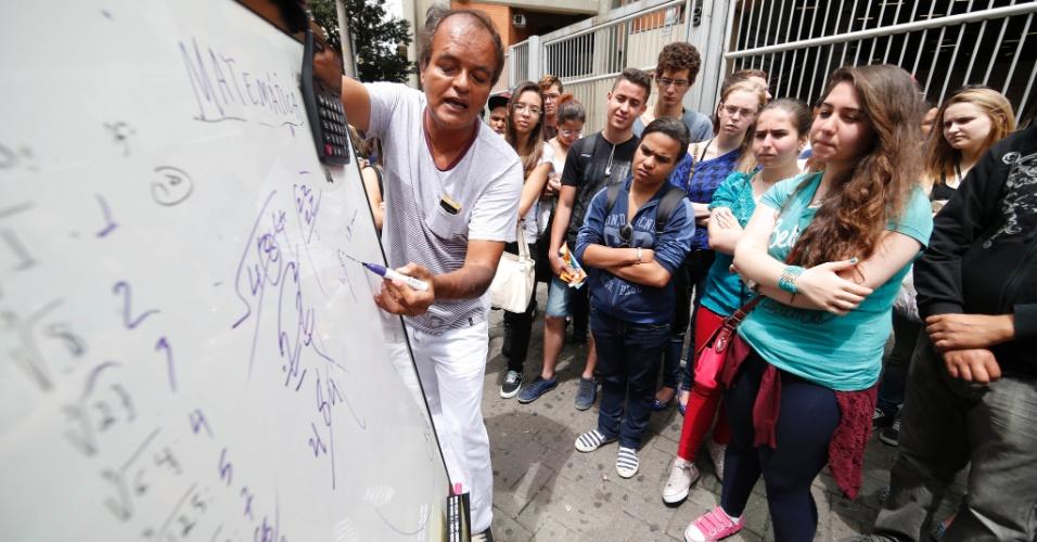 9.nov.2014 -Professor dá aula de matemática em frente a um dos locais de prova do Enem (Exame Nacional do Ensino Médio) 2014 na Barra Funda, em São Paulo, para o segundo dia de provas do exame