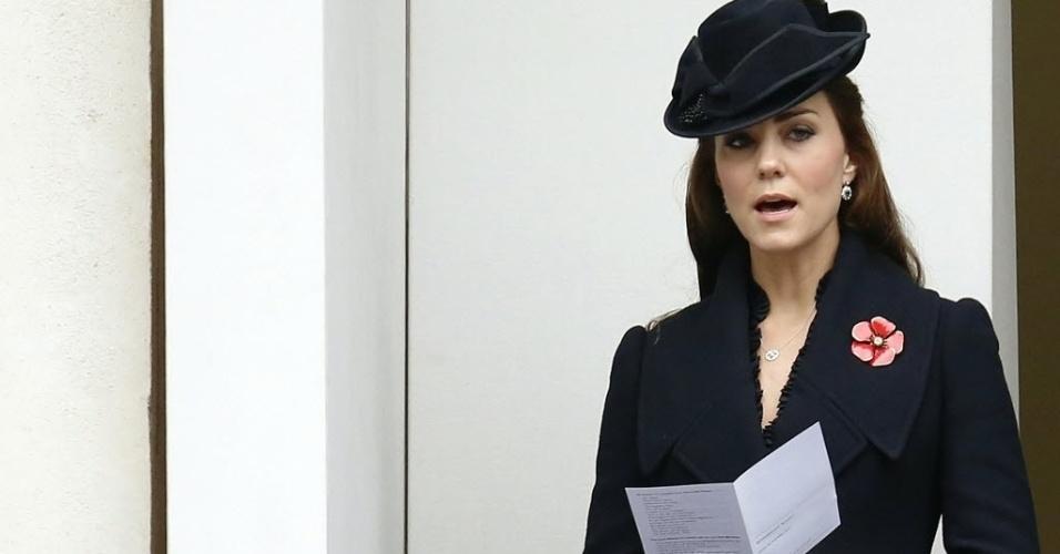 9.nov.22014 - Catherine, duquesa de Cambridge, canta durante as celebrações do Dia da Lembrança em Londres, Inglaterra. A cerimônia homenageia os mortos durante a Primeira Guerra Mundial