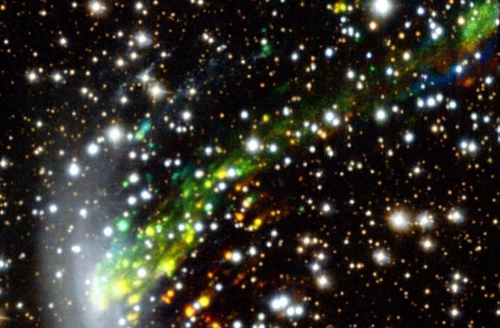 10.nov.2014 - COLISÃO CÓSMICA - A imagem divulgada pelo Observatório Europeu do Sul em 6 de novembro de 2014, e feita pelo espectrógrafo MUSE, mostra uma colisão cósmica. Observações revelam pela primeira vez o gás sendo arrancado da galáxia ESO 137-001. Os resultados são a chave para a solução de um mistério de longa data: por que a formação de estrelas acaba em aglomerados de galáxias? Nesta foto as cores mostram os movimentos dos filamentos de gás - vermelho significa que o material está se afastando da Terra em relação à galáxia e azul que está se aproximando. Nota-se que as partes superior esquerda e inferior direita foram preenchidas usando uma imagem feita pelo telescópio do Hubble