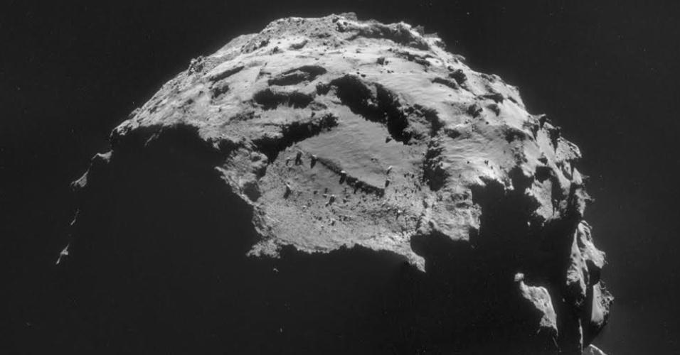 10.nov.2014 - O local de pouso do robô Philae no cometa 67P/Churyumov-Gerasimenko é visto nesta imagem, tirada com a câmera de navegação da sonda Rosetta em 6 de novembro. A imagem é um mosaico de quatro quadros, capturados a partir de uma distância de 30,5 km do centro cometa. O local de pouso, que abrange cerca de 1 km², está localizado perto do topo da imagem. O local de pouso, chamado de Agilkia, apresentou o terreno menos perigoso de todos os locais de desembarque considerados durante o processo de seleção. Grande parte da superfície do cometa é coberta de pedregulhos - alguns maiores do que casas - assim como encostas íngremes, poços profundos e penhascos. A previsão que em 12 de novembro, a sonda Rosetta vai lançar a cápsula Philae, que deve levar cerca de sete horas para descer à superfície e prender-se ao cometa