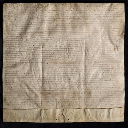 10.nov.2014 - Uma cópia de 800 anos de idade da Carta Magna, documento de 1215 que limitou o poder dos monarcas da Inglaterra, está em exibição na Biblioteca do Congresso em Washington DC (EUA). Para comemorar o
