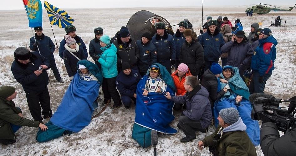 10.nov.2014 - VOLTANDO PARA CASA - O engenheiro de voo Alexander Gerst da ESA (Agência Espacial Europeia - à esquerda), o comandante Max Suraev da Agência Espacial Federal Russa (Roscosmos - central) e o engenheiro de voo da Nasa (Agência Espacial Americana) Reid Wiseman, sentam-se em cadeiras após saírem da cápsula Soyuz TMA-13M, que pousou em uma área remota perto da cidade de Arkalyk, no Cazaquistão, nesta segunda-feira (10). Suraev, Wiseman e Gerst retornaram à Terra depois de mais de cinco meses a bordo da Estação Espacial Internacional (ISS, sigla em inglês), onde atuaram nas Expedições 40 e 41