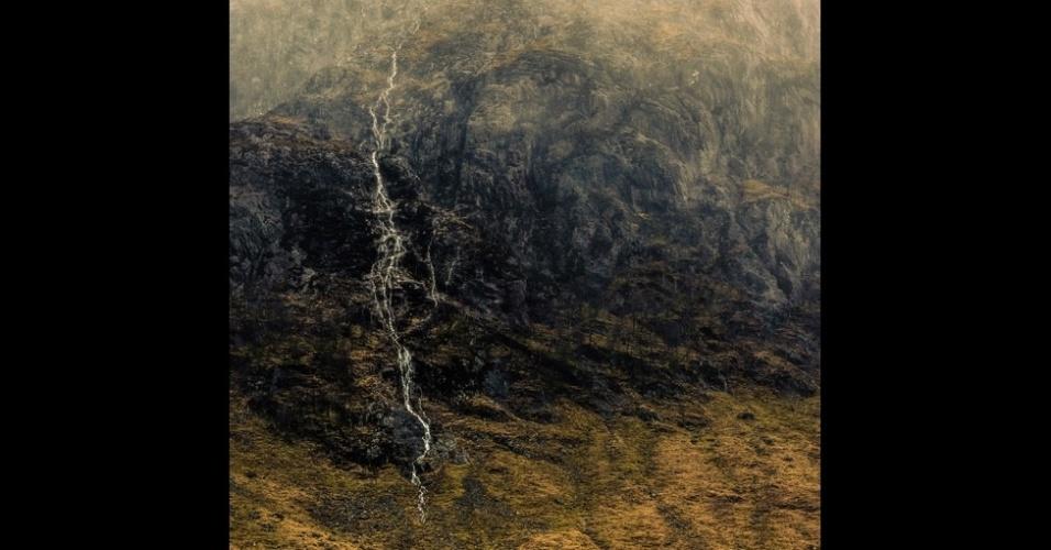 """11.nov.2014 - A imagem de um córrego criado pela forte chuva nas montanhas Glencoe, na Escócia, foi a vencedora de um concurso nacional de fotos promovido pela VisitBritain - como é conhecida a agência britânica de promoção do turismo. Chamada Um Começo e Um Fim, a imagem captura um """"momento fugaz de beleza"""", segundo seu autor, Mark Littlejohn"""
