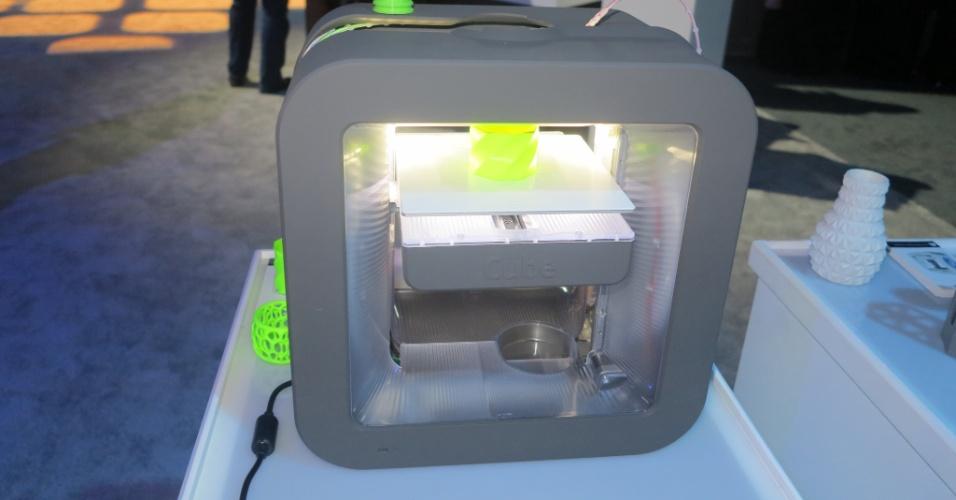 11.nov.2014 - A impressora 3D Cube Printer está à venda por US$ 999 no site oficial do produto. Segundo o fabricante, pequenos objetos (como a torre da imagem acima), podem ser criados em uma hora. O refil de plástico, usado para as criações, custa US$ 49 (aproximadamente R$ 125). O gadget foi exposto durante a feira de tecnologia CA World 2014, organizada pela CA Technologies em Las Vegas, EUA, entre os dias 9 e 12 de novembro