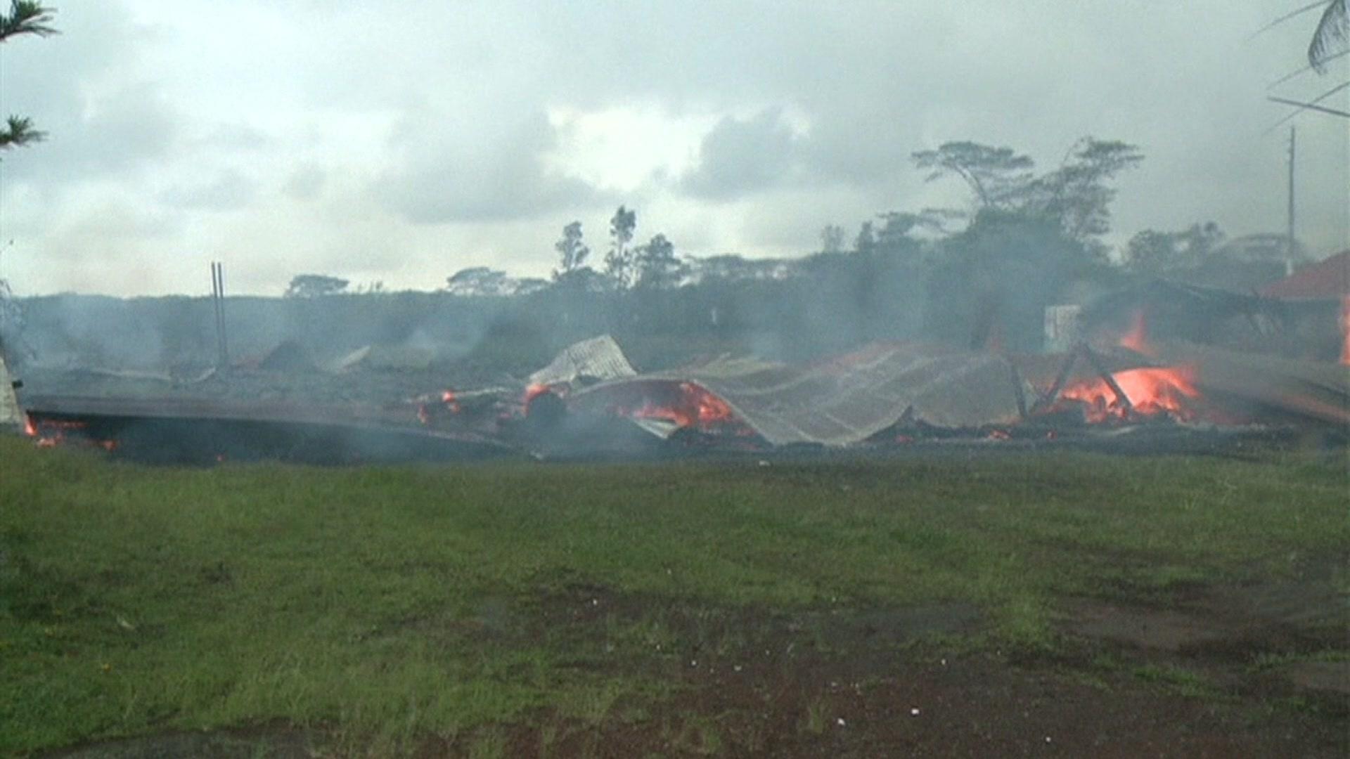 11.nov.2014 - A lava do vulcão Kilauea chegou à área do vilarejo de Pahoa, no Havaí (EUA) há duas semanas e já havia destruído o cemitério local. Nesta segunda-feira, atingiu a primeira casa do vilarejo. Em quarenta e cinco minutos, a construção foi completamente incinerada