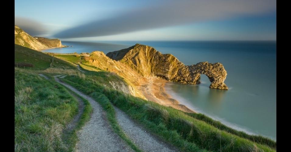 11.nov.2014 - A última luz do dia em Durdle Door, na costa da Inglaterra, foi imortalizada na foto de Jake pike, que venceu a categoria jovem de Vista Clássica