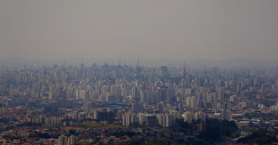 31.out.2014 - Cidade de São paulo vista do Pico do Jaraguá. Calor e poluição registrados na capital em 2014 são os piores em sete anos