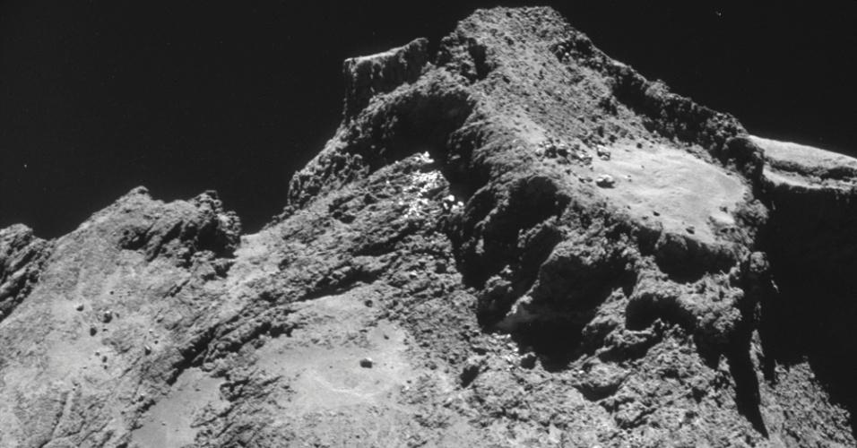 11.nov.2014 - Imagem feita com a câmera de navegação na sonda Rosetta e divulgada pela Agência Espacial Europeia (ESA, em inglês) mostra a região do cometa 67P/Churyumov-Gerasimenko, capturada a uma distância de 9,8 km de distância do centro do cometa em 28 de outubro. A foto foi divulgada nesta terça-feira (11). O robô Philae vai se desprender da sonda Rosetta e pousar sobre a superfície do cometa nesta quarta-feira (12)