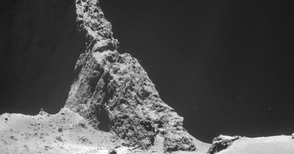 11.nov.2014 - Na imagem feita com a câmera de navegação da sonda Rosetta em 24 de outubro e divulgada pela Agência Espacial Europeia (ESA, em inglês) nesta terça-feira (11), é possível ver o platô no lóbulo maior do cometa, a 7,8 km de distância da superfície