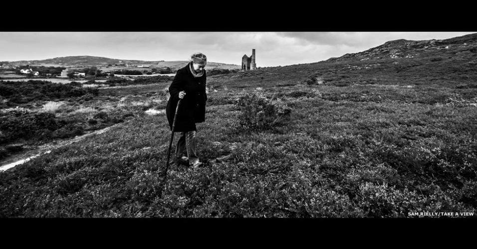 11.nov.2014 - O londrino Sam Rielly, de 17 anos, venceu a categoria de Jovem Fotógrafo do Ano, com esta foto em preto e branco de sua mãe caminhando em uma paisagem em Anglesey, no País de Gales