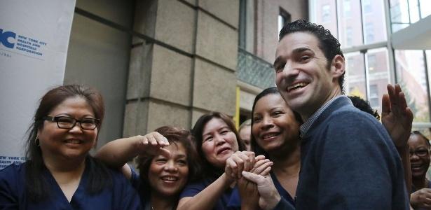 O médico Craig Spencer, 33, cumprimenta pessoas após ser liberado de hospital, em NY - Spencer Platt/Getty Images/AFP