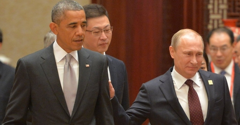 11.nov.2014 - O presidente da Rússia, Vladimir Putin (à dir.), cumprimenta o presidente dos Estados Unidos, Barack Obama (à esq.) após conversa sobre temas como Irã, Síria e Ucrânia nesta terça-feira (11), durante reunião de cúpula da APEC (Cooperação Econômica da Ásia e do Pacífico) em Pequim, na China