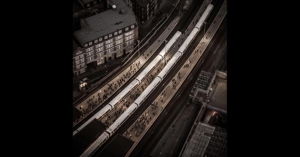 11.nov.2014 - Outros prêmios especiais incluíam o Linhas na Paisagem, da Network Rail - empresa que opera a maior parte da infraestrutura ferroviária no país. Com esta foto da plataforma da estação de trens de London Bridge, Stephen Bright foi o vencedor