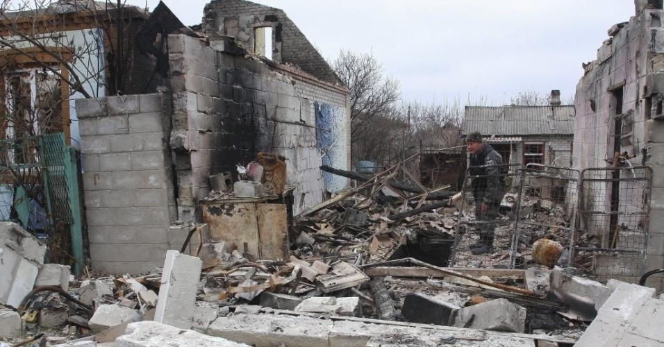 11.nov.2014 - Rebelde pró-Rússia caminha por escombros em rua de Donetsk, na Ucrânia. Os Estados Unidos advertiram a Rússia de que, se não rever seu empenho em
