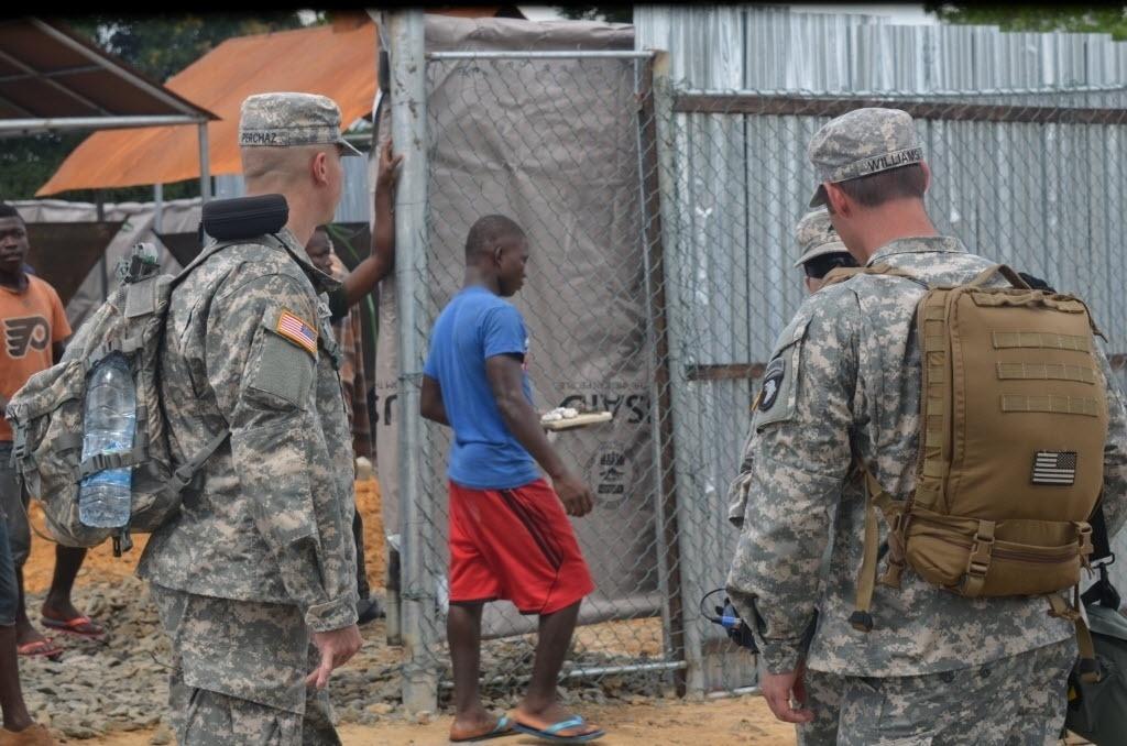 11.nov.2014 - Soldados norte-americanos passaram nesta terça-feira (11) na frente do novo centro de tratamento de ebola construído pelo exército dos Estados Unidos em Tubmanburg, capital da província de Bomi Contry, na Libéria