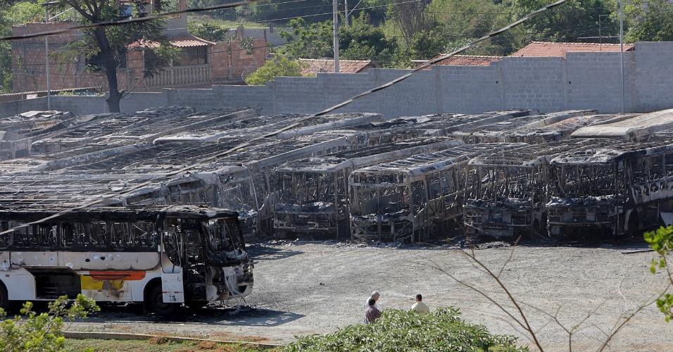 11.nov.2014 - Um incêndio de grandes proporções que começou por volta de 23h desta segunda-feira (10) e foi controlado cerca de quatro horas depois destruiu 53 ônibus da empresa Saritur, no distrito de Ravena, em Sabará, Minas Gerais, na região metropolitana de Belo Horizonte. Não houve vítimas