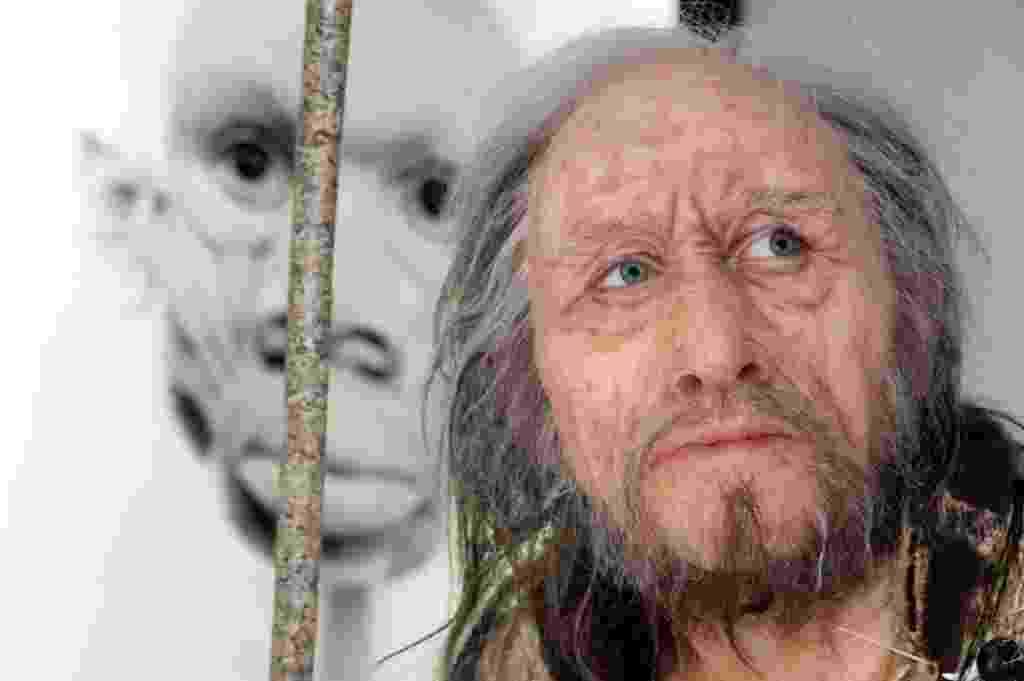"""12.nov.2014 - A obra """"Chancelade Man"""", que tem 1,55 m de altura, foi feita com base em um esqueleto encontrado em 1888 na região de Dordogne, na França. Com 17mil anos de idade, o esqueleto foi encontrado em uma postura enrolada, uma indicação de um enterro, abaixo do piso de um abrigo rochoso - Mehdi Fedouach/AFP"""