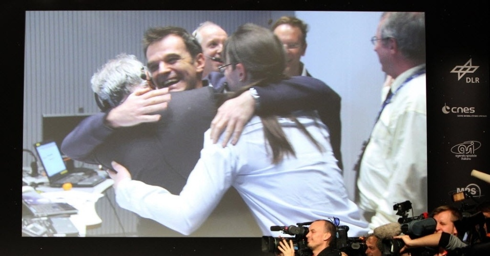 12.nov.2014 - Cientistas celebram o pouso do robô Philae, da missão Rosetta, no cometa 67P, no centro de observação do Centro de Estudos Espaciais em Toulouse, no sul da França, nesta quarta-feira (12). O robô da missão da Agência Espacial Europeia realizou o primeiro pouso em um cometa, façanha inédita na história da exploração espacial
