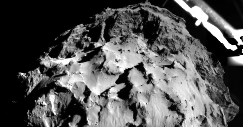 12.nov.2014 - Imagem feita pela câmera do robô Philae em sua descida rumo ao 67P nesta quarta-feira (12) capta a superfície do cometa a uma distância aproximada de 3 km. A câmera, que leva o nome de ROLIS (Rosetta lander Imaging System) foi desenvolvida pelo Instituto de Pesquisa Planetária DLR em Berlim, na Alemanha