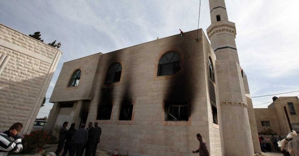 12.nov.2014 - Mesquita  incendiada por colonos israelenses perto do assentamento judaico de Shilo, na Cisjordânia. O ataque teria acontecido em represália a morte a facadas de uma moradora de uma colônia do sul da Cisjordânia e de um soldado israelense em Tel Aviv