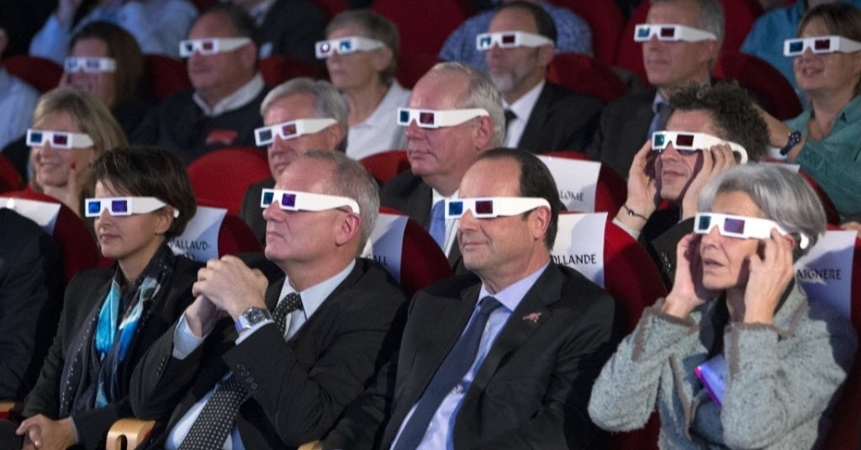 12.nov.2014 - O presidente da França, François Hollande, o presidente do CNES (Centro Nacional Francês de Estudos Espaciais), Jean-Yves Le Gall e a ministra da Educação francesa, Najat Vallaud-Belkacem, usam óculos 3D para assistir aos primeiros resultados do pouso do robô Philae, da missão Rosetta, no cometa 67P