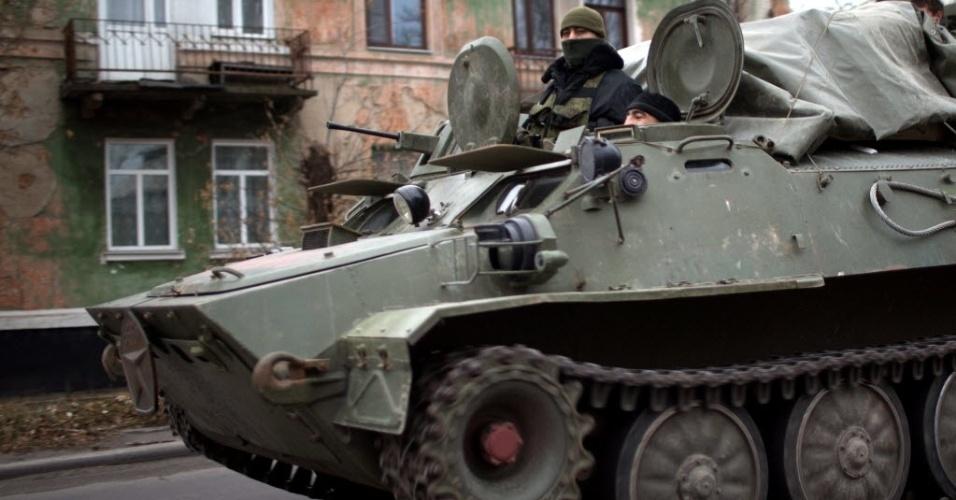 12.nov.2014 - Um tanque militar trafega por rua de Donetsk, no leste da ucraniano. O Conselho de Segurança da ONU vai realizar uma reunião de emergência nesta quarta-feira (12) para discutir as recentes informações sobre uma incursão militar russa na Ucrânia