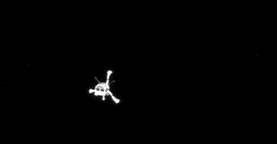 12.nov.2014 - Uma imagem divulgada pela Agência Espacial Europeia (ESA, em inglês) mostra a câmera Osiris, da sonda Rosetta, que captura o momento em que o robô Philae se desprendeu da aeronave para iniciar sua descida em direção ao cometa 67P. O robô vai coletar amostras, fazer análises e tirar fotos do cometa que serão enviadas para a central da ESA, na Alemanha. Os cientistas esperam coletar informações sobre a formação da vida