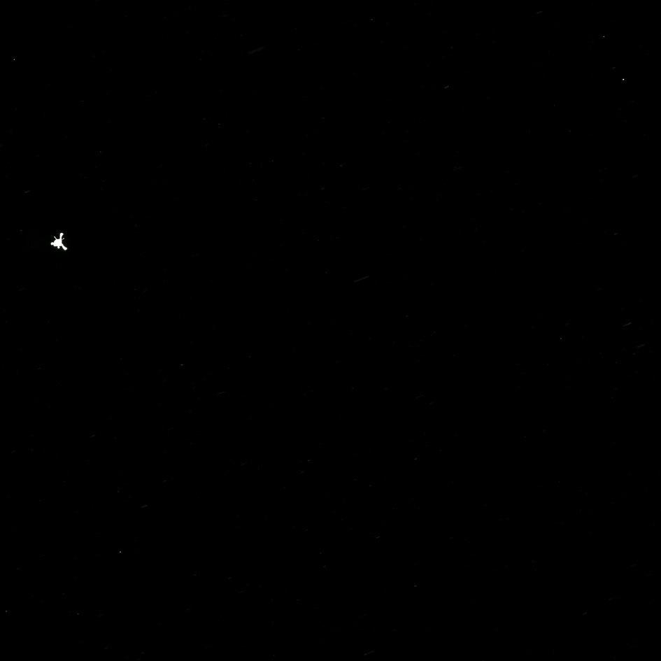 12.nov.2014 - Uma imagem divulgada pela ESA (agência espacial europeia) e capturada pela câmera Osiris, da sonda Rosetta, mostra o momento em que o robô Philae se desprendeu da aeronave para iniciar sua descida em direção ao cometa 67P. O robô vai coletar amostras, fazer análises e tirar fotos do cometa que serão enviadas para a central da ESA, na Alemanha. Os cientistas esperam coletar informações sobre a formação da vida