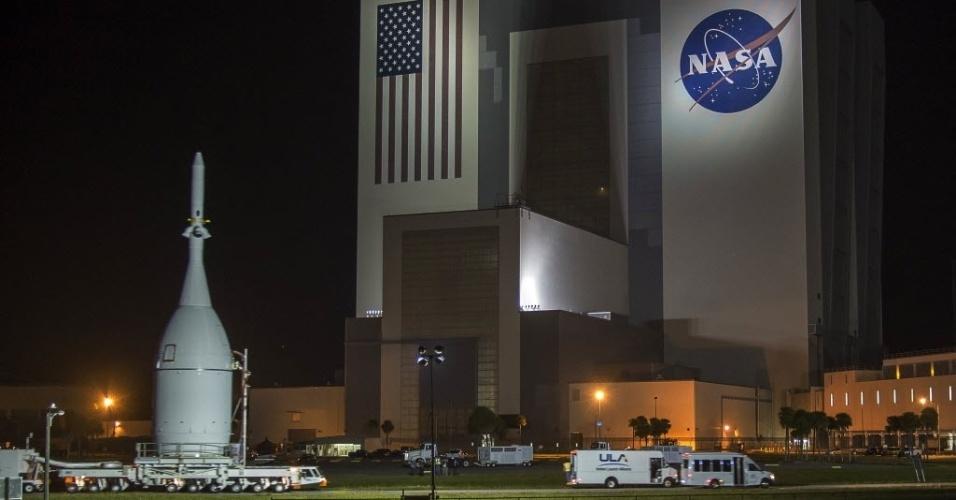 NAVE IRÁ PARA VOO DE ESTREIA  - A cápsula Orion foi transportada até o Centro Espacial Kennedy, na Flórida, Estados Unidos, nesta terça-feira (11). A nave espacial da Nasa foi concebida para um dia voar com astronautas para Marte e foi levada para fora de seu hangar para ser preparada para testes e seu voo de estreia em dezembro